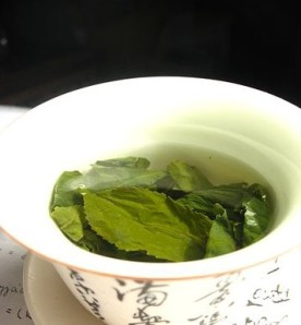 Tea_leaves_steeping_in_a_zhong_čaj_02
